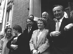Kommunalpolitiker und Landtagsabgeordnete 1995 vor dem Schulhaus